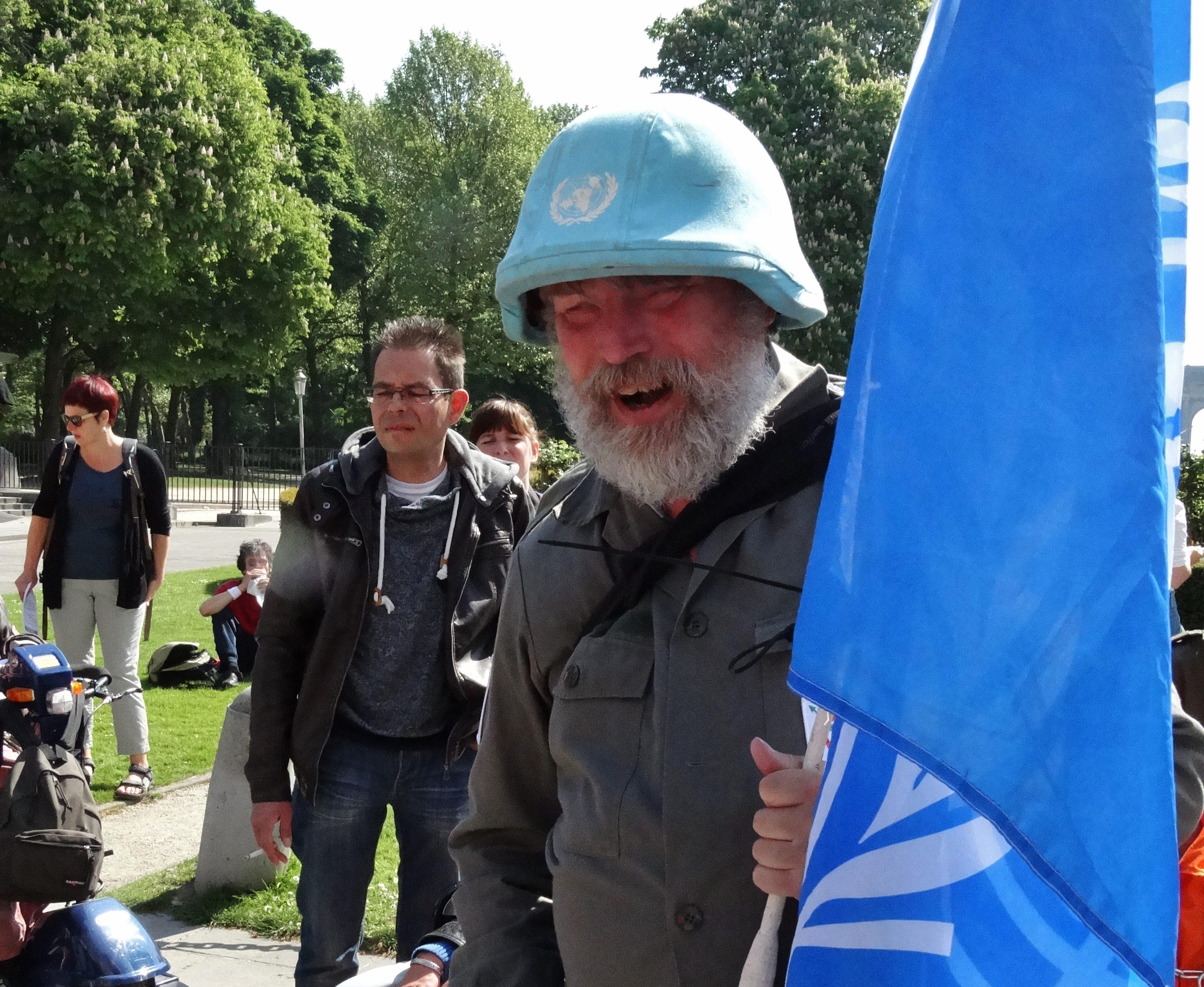Theo met de VN vlag in Brussel (Actie ENIL)