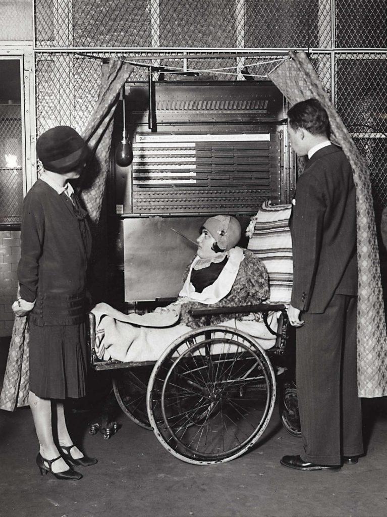Stemmachine met vrouw in rolstoel uit 1908