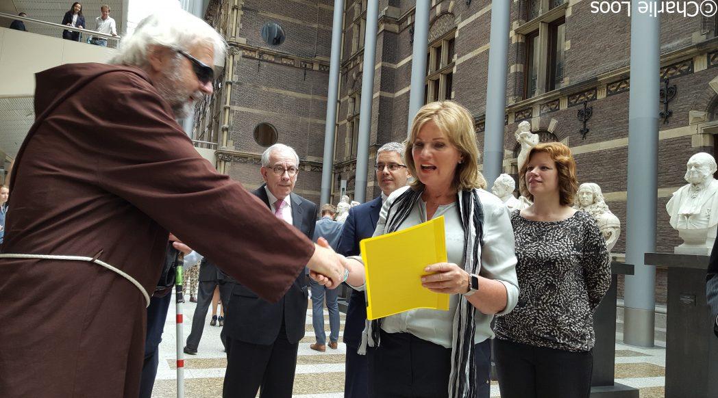 Overhandiging petitie dooe Broeder Tuck aan Tweede Kamer